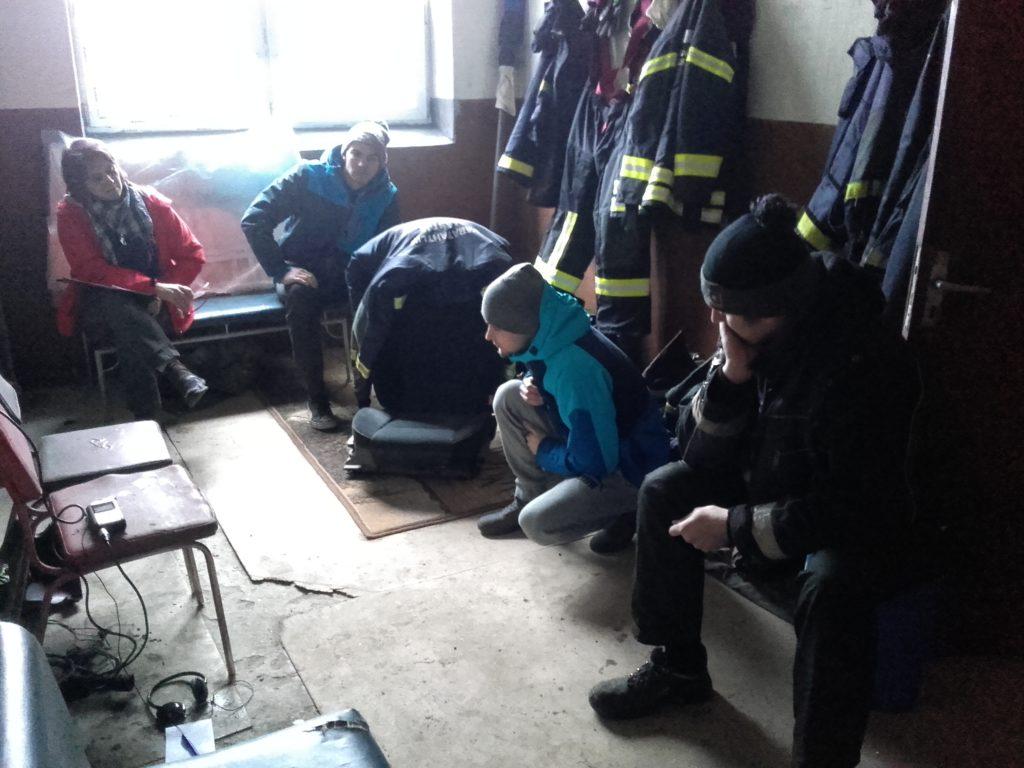 Salme vabatahtlikud päästjad ja Timmi Helle vestlevad.