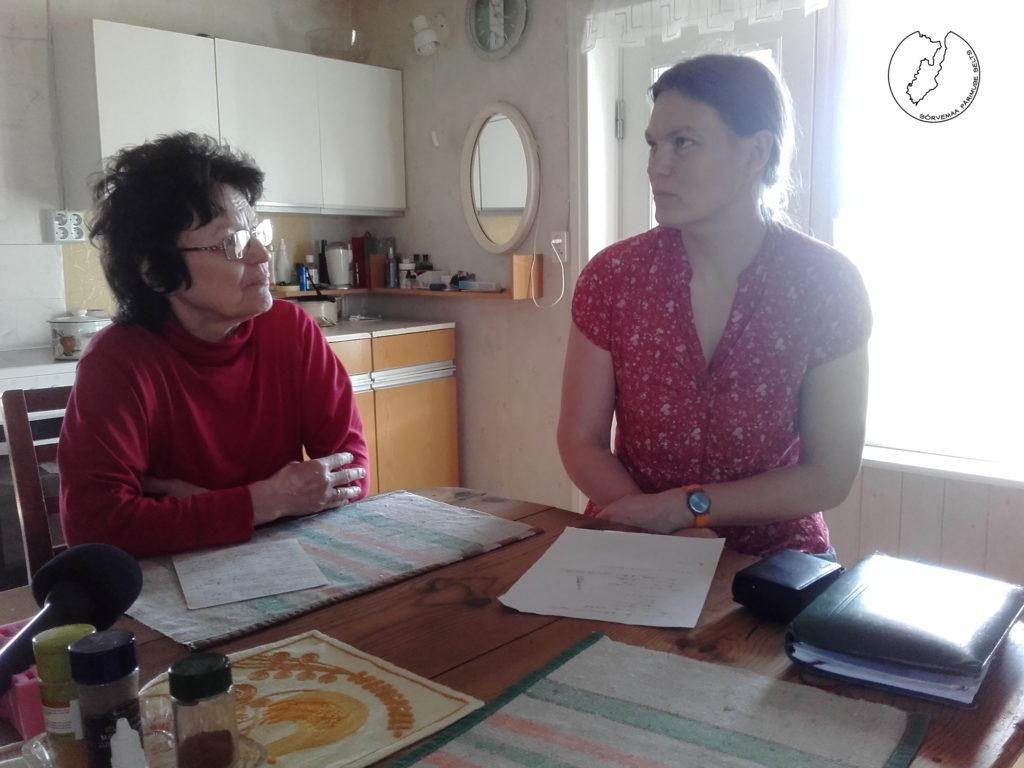 Uustlu Luule ja Tammeougu Mari arutavad kellakeeramise üle