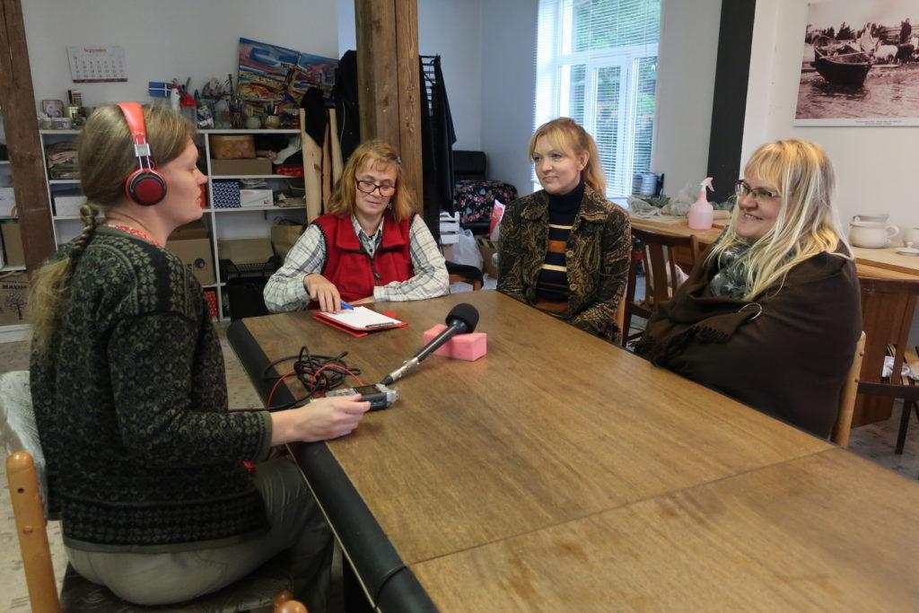 Timmi Helle intervjueerib Kristinat ja Vestat. Mari hoiab toimuval kõrva peal